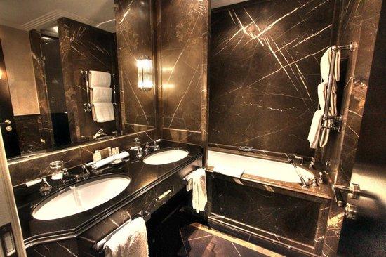 Bayerischer Hof Hotel: Bathroom