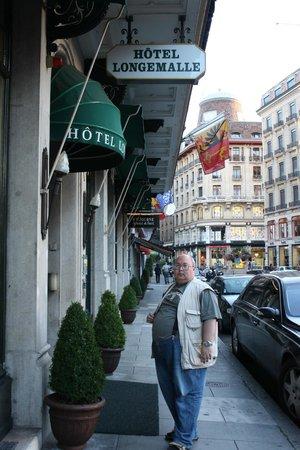 Hotel Longemalle: Вход в отель на площади Лонжмаль