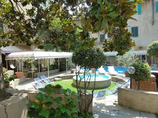 Croce di Malta Hotel: Garten mit Pool