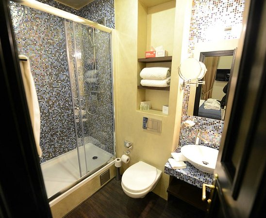Design Hotel Jewel Prague: Baño con ducha