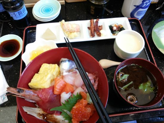 Hotel Rocore Naha: yummy at sushi place downstair