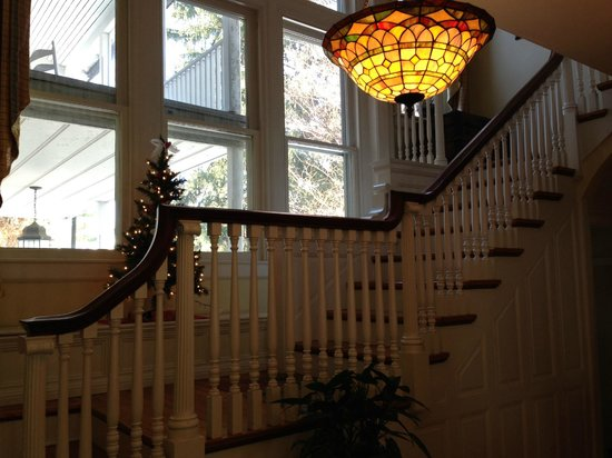 Old Waterstreet Inn: The beatiful staircase to most of the bedrooms