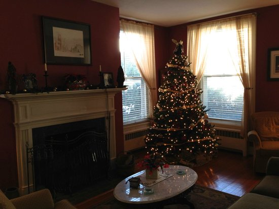 Old Waterstreet Inn: The first floor living area with Christmas tree and fireplace