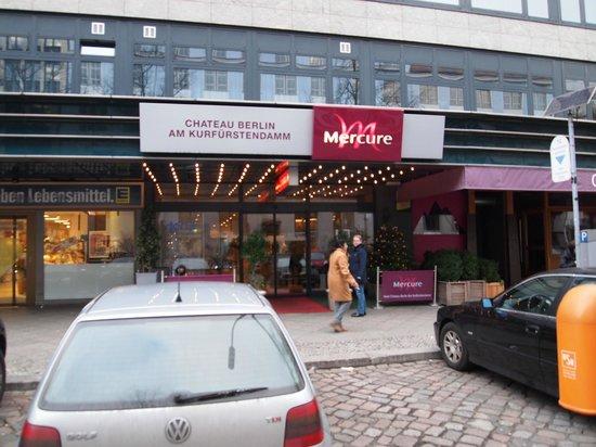 Mercure Hotel Chateau: Hotellet från gatan.