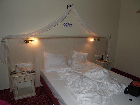 Mercure Hotel Chateau: I mitt tycke en för hård säng.