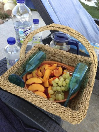Miland Suites: Some fruit and water by the pool