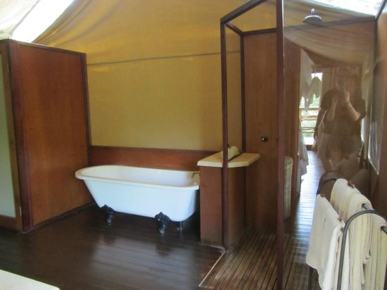 Thakadu River Camp: Shower and tub area