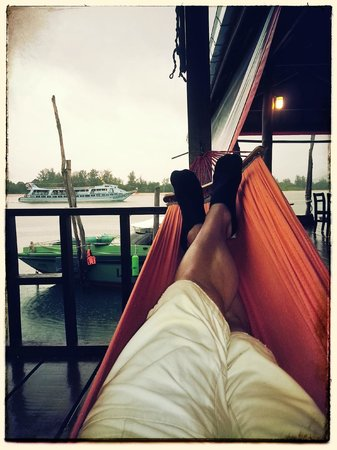 Sincere Guesthouse: relaxing in the hammock on a rainy day