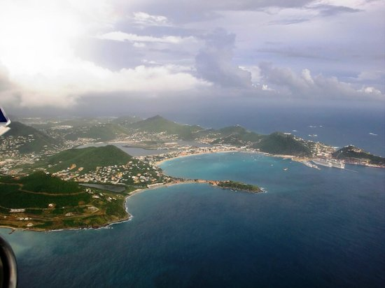 Philipsburg, St Martin / St Maarten: Little bay and great bay from the air