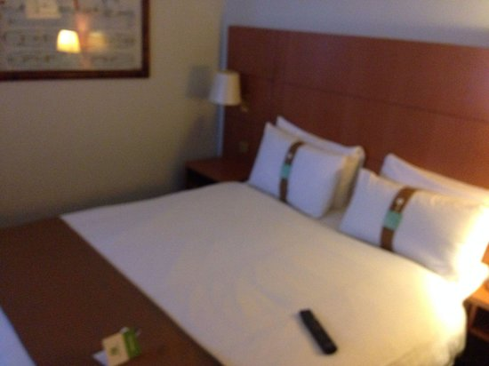 Holiday Inn Glasgow Airport: Bed