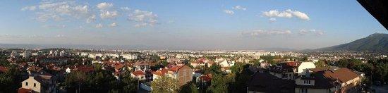 Hotel Gorna Banya: Вид из окна на всю Софию очень впечатляющий и воодушевляющий))