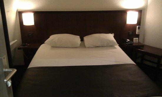 Prince Albert Lyon Bercy : Le lit, avec couvre lit façon cuir (bel effet)