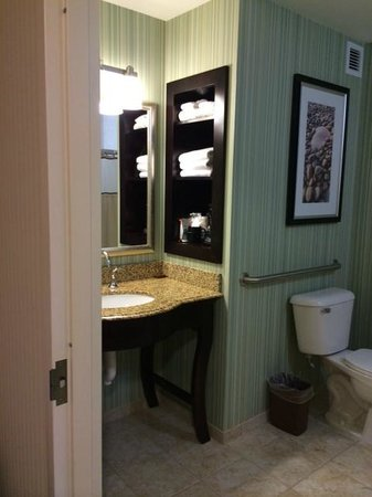 Atlantic Oceanside Hotel and Event Center: Nicely updated bathroom