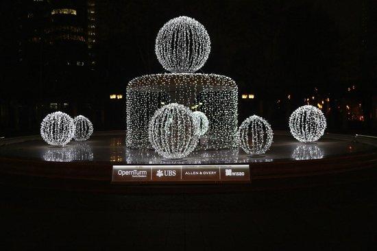 Alte Oper: Brunnen Opernplatz illuminiert