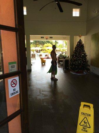 Ports of Call Resort: Lobby , Bar and Pool