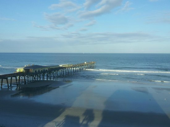 Beach Quarters Resort: There is a Nice reataurant on this pier right next to the Hotel