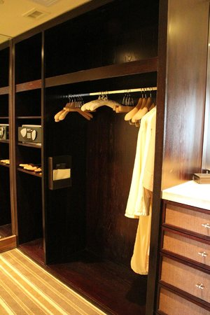 One&Only Cape Town: Junior Suite - Walk-in wardrobe