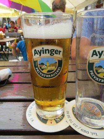 Wirtshaus Ayingers: Пиво Ayingers на уличном столике
