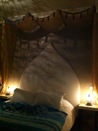 Ryad Amiran: letto stanza Zaffiro