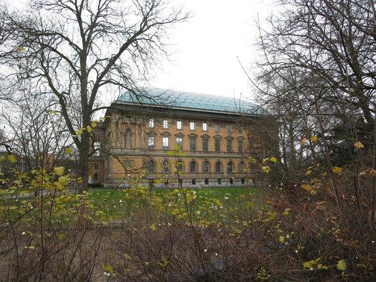 Kunstsammlung Nordrhein-Westfalen : Outside the building