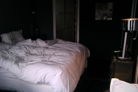 Bij Tijn op de Gracht: kamer met deur naar badkamer