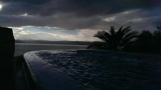 Movenpick Resort & Spa Dead Sea: infinity pool at teh zara spa