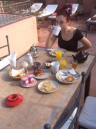 Darhani : Breakfast in the sun on the roof terrace