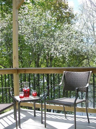 Henniker House: 3 rooms have private decks overlooking the river