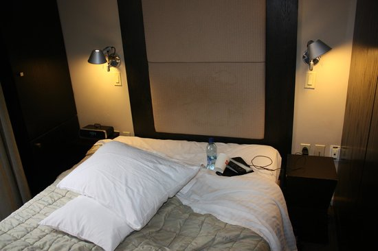 Hotel East Houston : Tiny standart room from right to left walls
