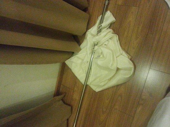 Victoria Inn: shower curtain pole that collapse