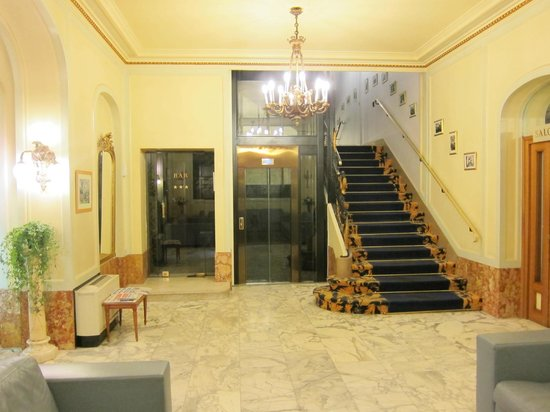 Grand Hôtel Bellevue : Stairs and Elevator to Guest Rooms
