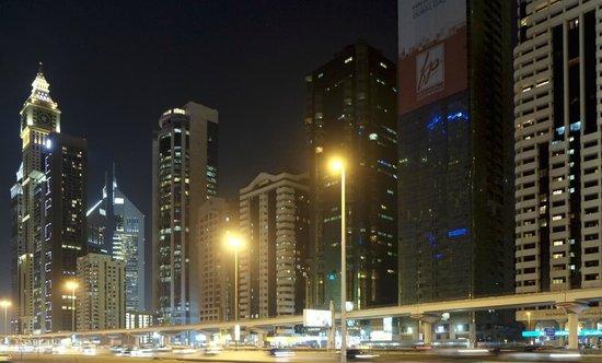 Towers Rotana: Grannar snett över gatan.