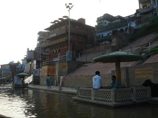 Ganpati Guest House : Hotel desde el río