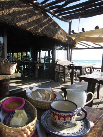 Hemingway Romantic Eco Resort: Breakfast on the porch