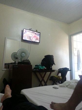 Hotel Dona Lu: Quarto com ventilador e TV LCD.