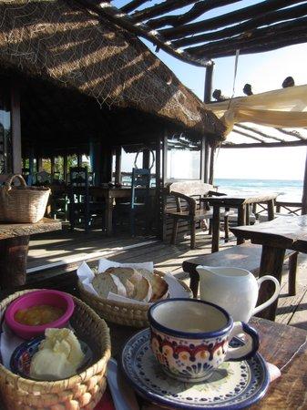 Tulum Hemingway Romantic Cabanas: Breakfast on the restaurant porch