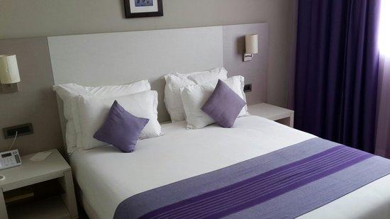 Kenzi Solazur : Guestroom