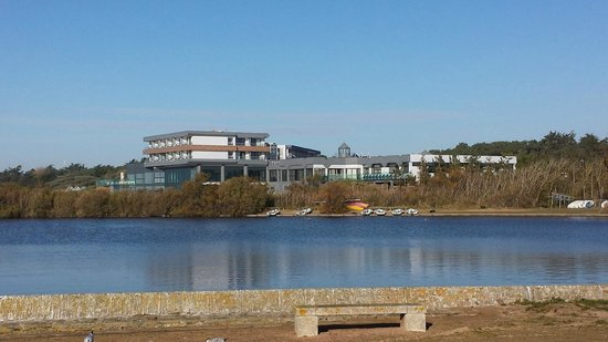 Mercure Côte Ouest Les Sables d'Olonne Thalasso et Spa : L'hôtel vue de la côte