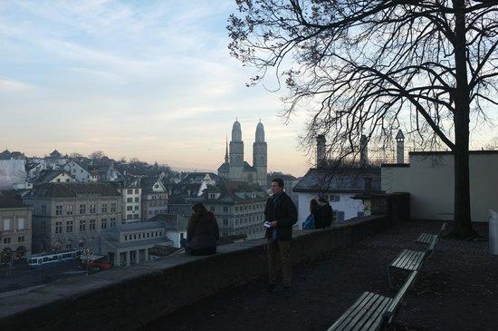 Lindenhofplatz: Blick auf das Grossmünster