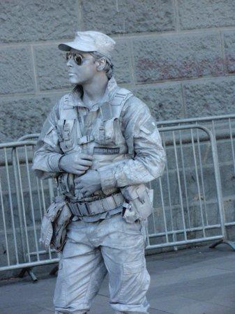 Plaza de Armas: Estatuas  humanas; el  soldado
