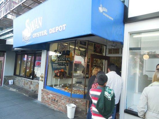 Swan Oyster Depot: Swan e sua fila de espera.