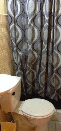 Hotel Las Piletas: Baño privado con agua caliente.