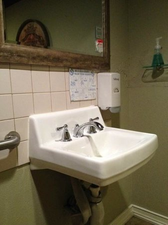 Zinful Panini Grill & Wine Bar: Bathroom sink - very clean