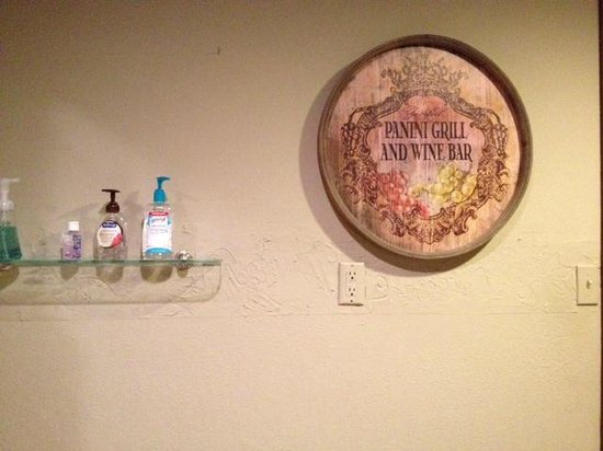 Zinful Panini Grill & Wine Bar: Bathroom area