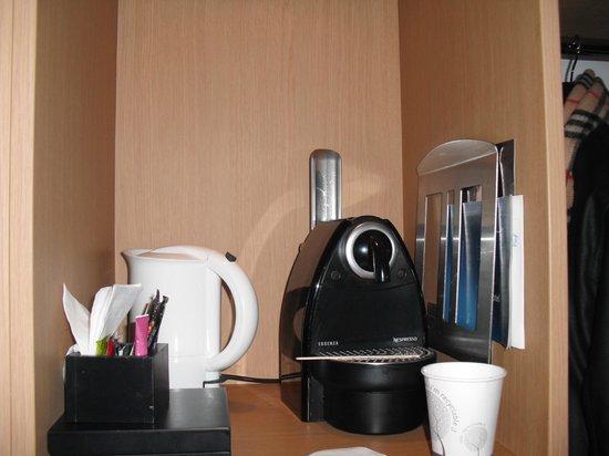 Novotel Marseille Vieux Port : Machine Nespresso dans la chambre avec petit réfrigérateur