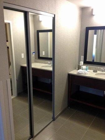 Hampton Inn & Suites Chapel Hill/Carrboro : Closet
