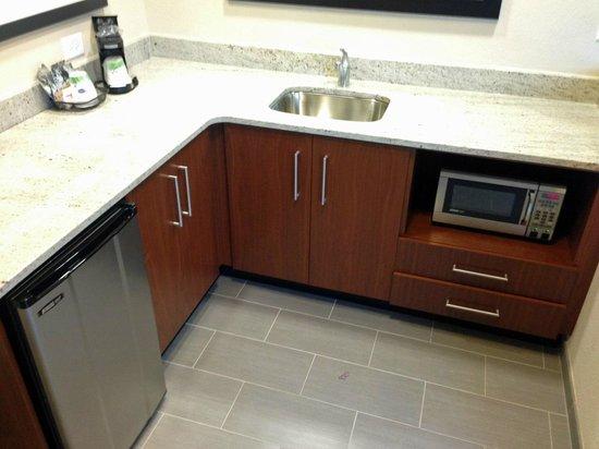 Hampton Inn & Suites Chapel Hill/Carrboro : Kitchen Area