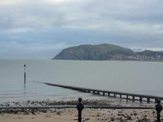 Empire Hotel Llandudno : view across the prom (not from hotel but close by)