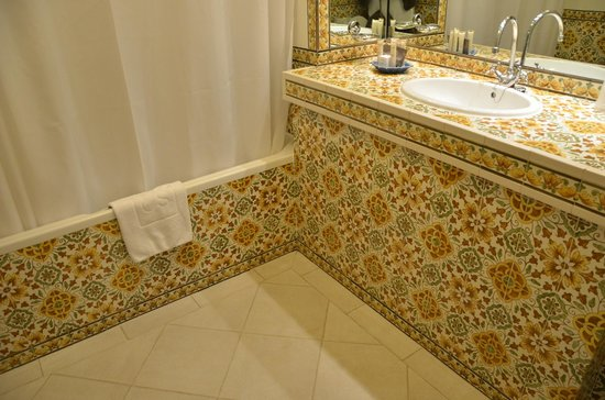 The Vintage House Douro: Portuguese tile all throughout the bathroom in the hotel room.