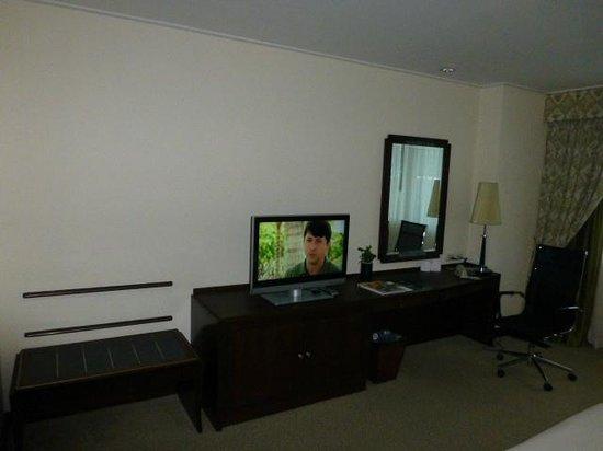 Plaza Athenee Bangkok, A Royal Meridien Hotel: TV